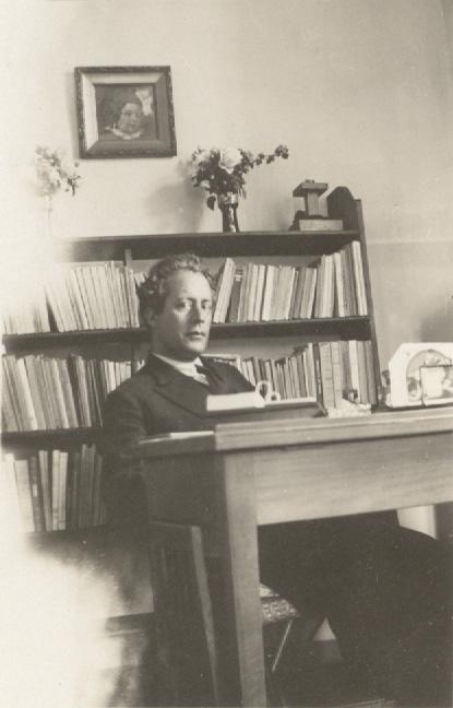 Ο Μίλτος Κουντουράς στο γραφείο του