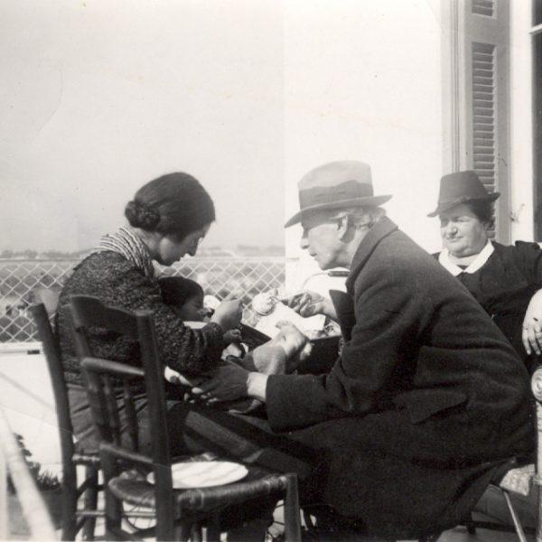 Από αριστερά : Ολυμπία Κουντουρά, Λίνος Κουντουράς, Αλέξανδρος Δελμούζος, Ευφροσύνη Δελμούζου, Νέα Χαλκηδόνα, 18 Ιανουαρίου 1939. Φωτογράφος : Μίλτος Κουντουράς.
