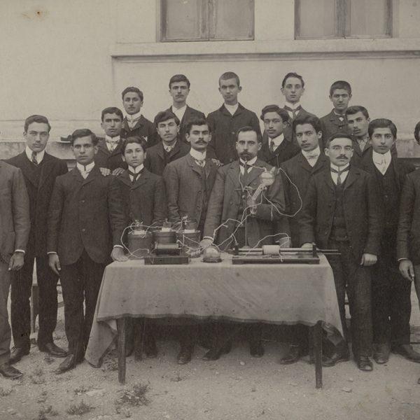 Γυμνάσιο Μυτιλήνης : οι απόφοιτοι του 1907 με τον δάσκαλό τους Μιχαήλ Στεφανίδη στο κέντρο. Δεξιά του Μ.Στεφανίδη διακρίνεται ο Μίλτος Κουντουράς.