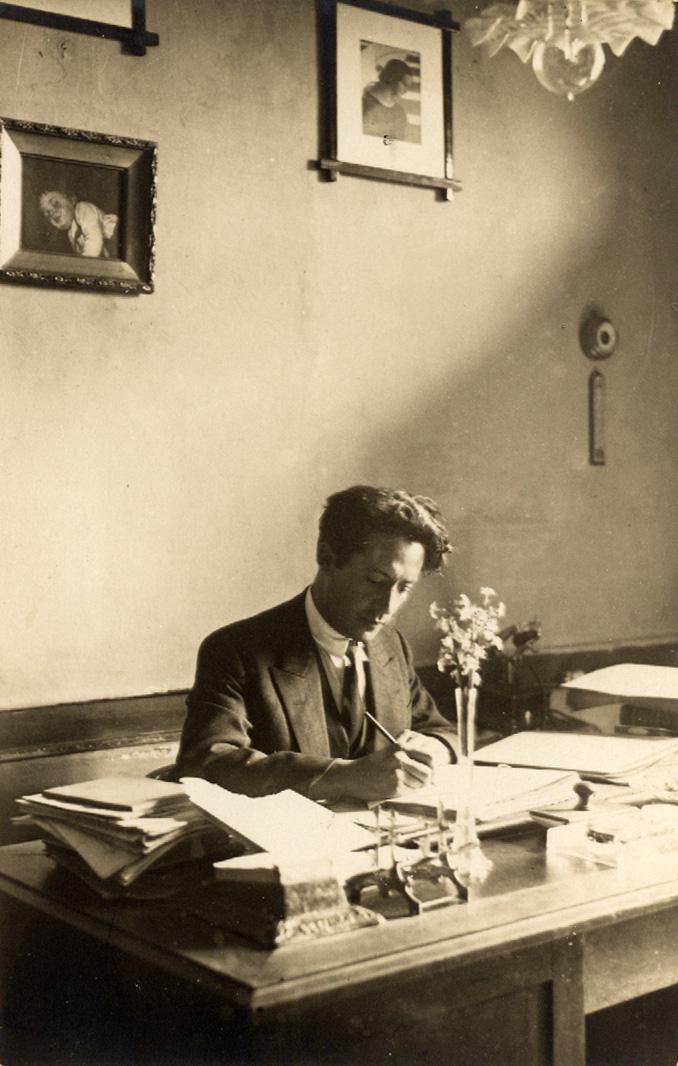 Ο Μίλτος Κουντουράς στο γραφείο του, στο Διδασκαλείο Θηλέων Θεσσαλονίκης.