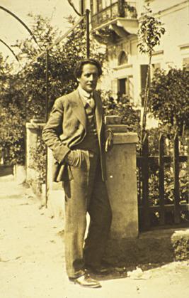 Ο Μίλτος Κουντουράς μπροστά στο κτήριο του Διδασκαλείου Θηλέων Θεσσαλονίκης.