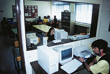Εργαστήριο Πληροφορικής στο Ενιαίο Πολυκλαδικό Λύκειο. Πρώτος δεξιά, στον κεντρικό Η/Υ, ο εκπαιδευτικός - Α. Φερρίδης. Οι μαθητές, ο καθένας μπροστά στον υπολογιστή του, εργάζονται.