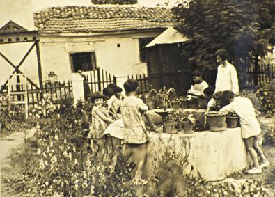 Ο κήπος στο σχολείο του Κουντουρά. Η Αλεξάνδρα Κεσανλή με τους μαθητές της.