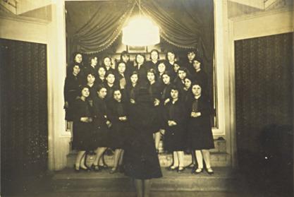 Φεβρουάριος 1930. Χορωδία της Ε' Τάξης του Διδασκαλείου Θηλέων Θεσσαλονίκης υπό τη διεύθυνση μαθήτριας.