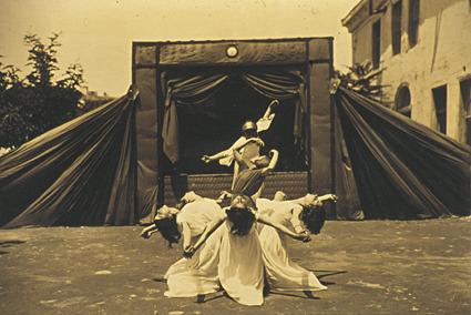 """8 Ιουνίου 1930. Διδασκαλείο Θηλέων Θεσσαλονίκης : """"Ο χορός του κρίνου"""". Έμπνευση και χορογραφία των μαθητριών. Προσέξτε την καταπληκτική θεατρική σκηνή στημένη στην αυλή του σχολείου."""
