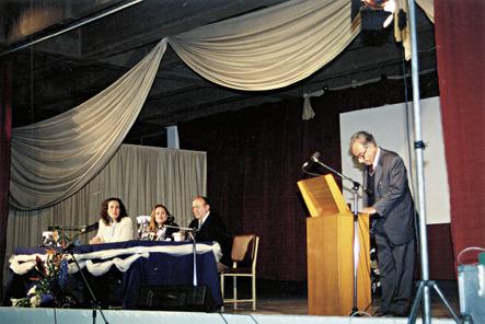"""Απρίλιος 1994. Από την εκδήλωση για τη μετονομασία του ΕΠΛ Νέας Φιλαδέλφειας σε ΕΠΛ Νέας Φιλαδέλφειας """"Μίλτος Κουντουράς"""". Από αριστερά η κ. Α. Ιορδανίδου, η κ. Κ. Φυσάκη, ο κ. Φ. Κ. Βώρος. Στο βήμα είναι ο καθηγητής κ. Φ. Ι. Κακριδής."""