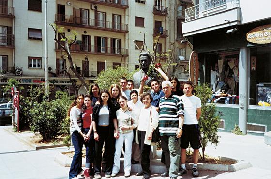 Μικρή ομάδα από το χορευτικό του σχολείου που, μαζί με τη Διευθύντρια Ε. Καπετάνου και τους εκπαιδευτικούς Κ. Παπαχριστοπούλου και Μ. Σαρίκο, επισκέφθηκε την προτομή του Κουντουρά στη Θεσσαλονίκη. Το συγκινητικό είναι ότι τα παιδιά, χωρίς να τους έχει υποδειχτεί, από μόνα τους αγόρασαν τριαντάφυλλα και τα κατέθεσαν στο μεγάλο παιδαγωγό.
