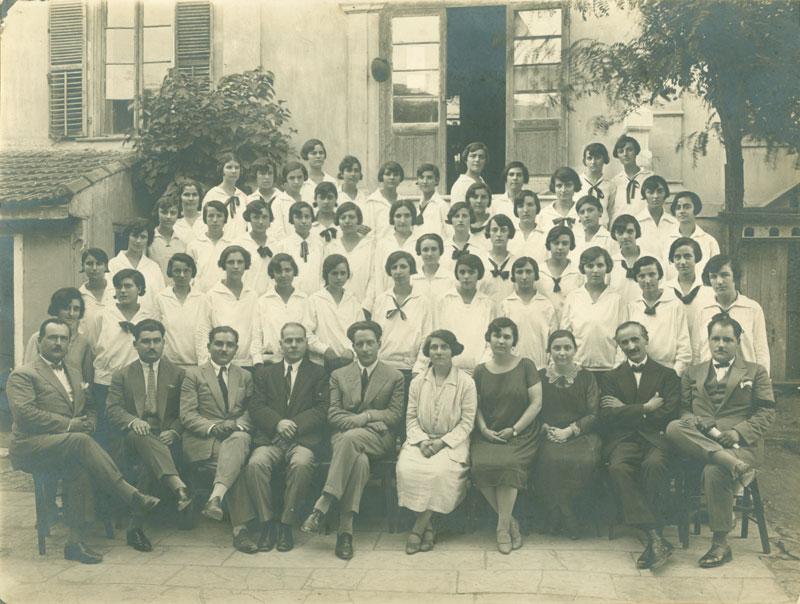 1927, πρώτη χρονιά της θητείας του Κουντουρά ως διευθυντή του Διδασκαλείου Θηλέων Θεσσαλονίκης. Από το διδαχτικό προσωπικό πολλοί αντέδρασαν στο έργο του.