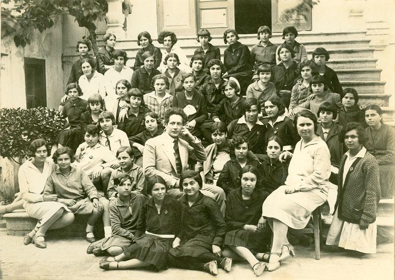 Ο Μ. Κουντουράς με τα παιδιά του οικοτροφείου και την υποδιευθύντρια Στυλ. Πετυχάκη, 1929.