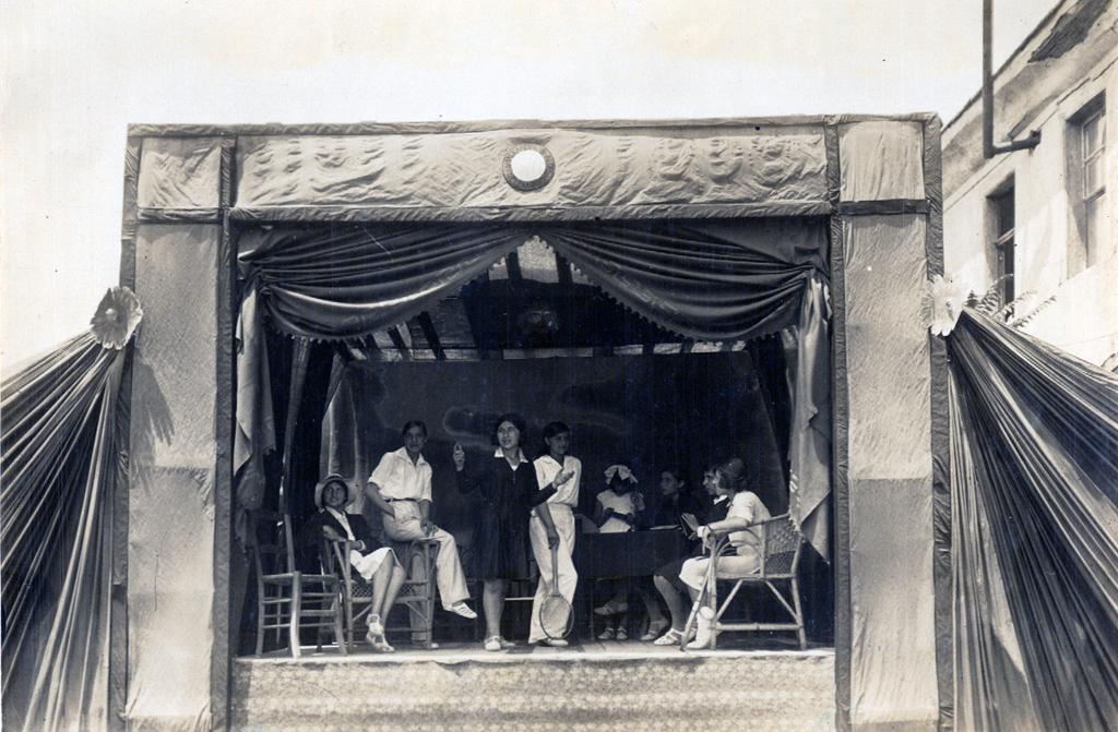 """8 Ιουνίου 1930, θεατρικό έργο μαθητριών """"Τα τερετίσματα""""."""