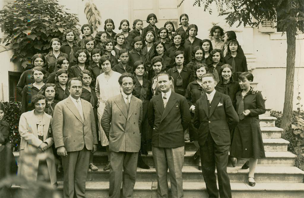 Ο Μίλτος Κουντουράς με τους συνεργάτες του Γιοτσαλίτου, φιλόλογο, Φθενάκη, φυσικό, Καραηλία, μουσικό, Παπαχριστόφορο, μαθηματικό και στη δεύτερη σειρά την Αδαμαντίδου, γυμνάστρια.