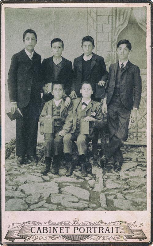 """Ιδιόχειρη σημείωση στη ράχη της φωτογραφίας : """"Σκόπελος τη 13η Μαϊου 1903. Οι μαθηταί της Γ' Τάξεως της Ελληνικής Σχολής Παπάδου. Μιλτιάδης Γ. Κουντουράς"""". Ο Μίλτος Κουντουράς όρθιος, πρώτος από αριστερά."""