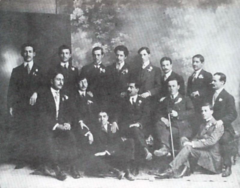 Απρίλιος 1911. Από την επίσημη επίσκεψη Βουλγάρων φοιτητών στην Αθήνα. Αναμνηστική φωτογραφία με Λέσβιους συναδέλφους τους. Στην τελευταία σειρά, τέταρτος από αριστερά ο Μίλτος Κουντουράς. Καθιστός, πρώτος από αριστερά, ο Γεώργιος Βαρελτζίδης της Ιατρικής. (Από το αρχείο του Αρ. Βαρελτζίδη)