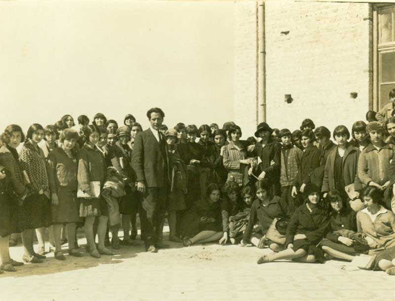 Ο Μίλτος Κουντουράς με ομάδα μαθητριών του Διδασκαλείου Θηλέων Θεσσαλονίκης.