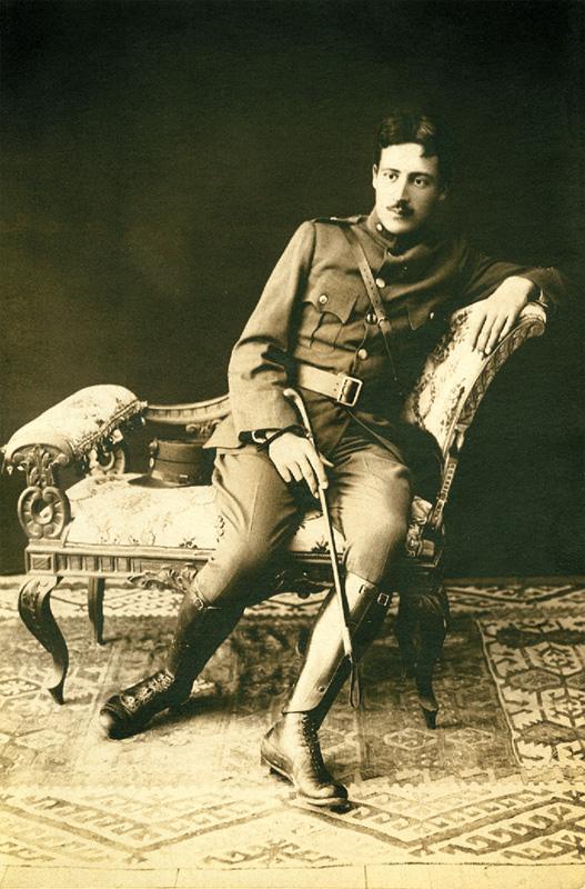 Μίλτος Κουντουράς. Έφεδρος αξιωματικός στη Χίο.