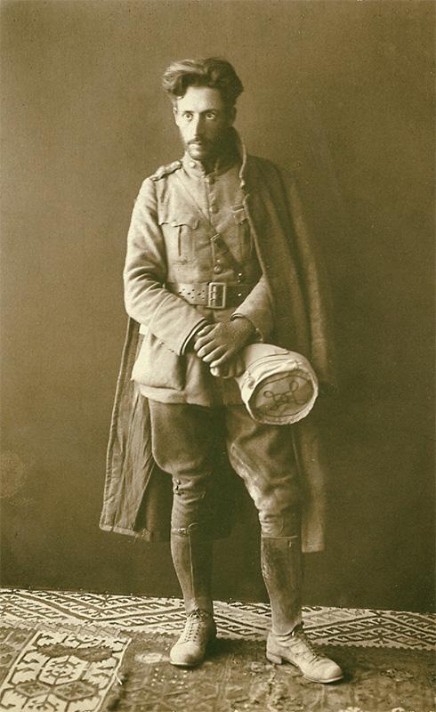 """Ιδιόχειρη σημείωση στη ράχη της φωτογραφίας : """"Πώς σώθηκα από τη Μικρασιατική καταστροφή του 1922, Μίλτος"""". Φωτογραφήθηκε στη Χίο, μόλις επέστρεψε από το μέτωπο της Μικράς Ασίας, στο φωτογραφείο του Αντωνίου Μπαχά. 1 Σεπτεμβρίου 1922."""