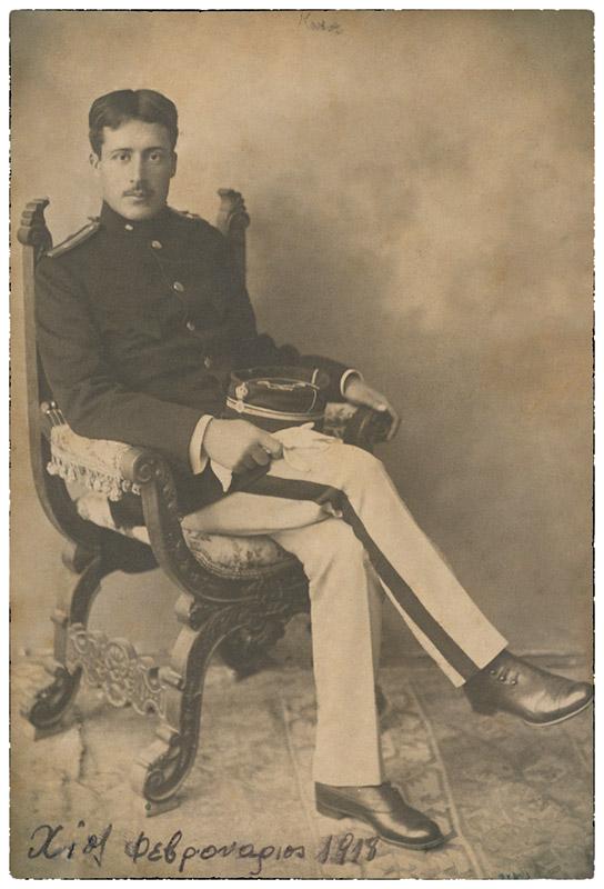 Ο Μίλτος Κουντουράς, ως έφεδρος αξιωματικός, στη Χίο τον Φεβρουάριο του 1918.