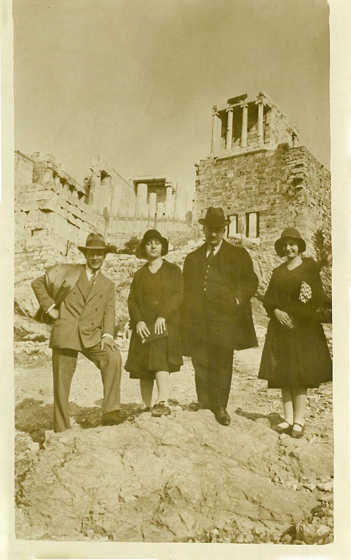 Μίλτος Κουντουράς, Ειρήνη (Ρένα) Κουντουρά, Ιωάννης Κουντουράς, Άρτεμις (Μίτσα) Κουντουρά, Ακρόπολη, 31 Οκτωβρίου 1930.