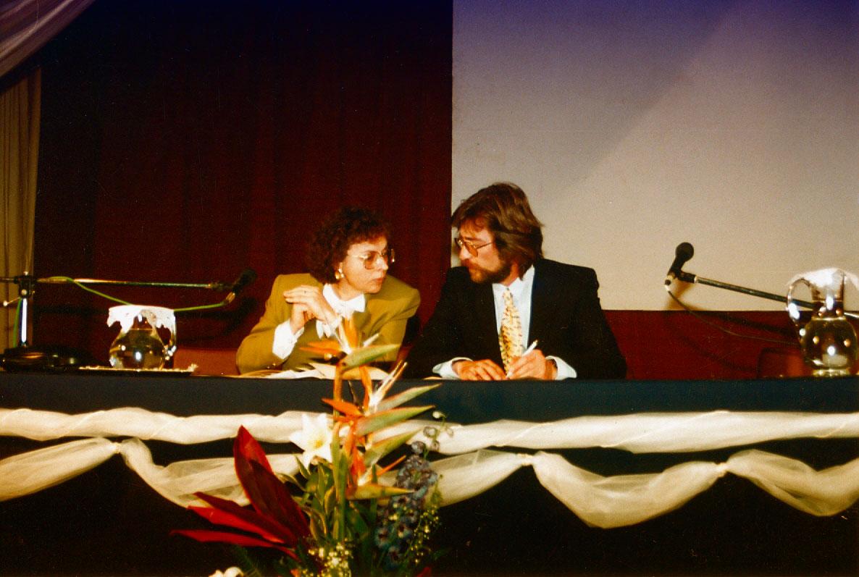 Η Διευθύντρια Ευαγγελία Καπετάνου και ο Υποδιευθυντής Αλέξανδρος Φερρίδης στο Προεδρείο, κατά την έναρξη του Διημέρου.