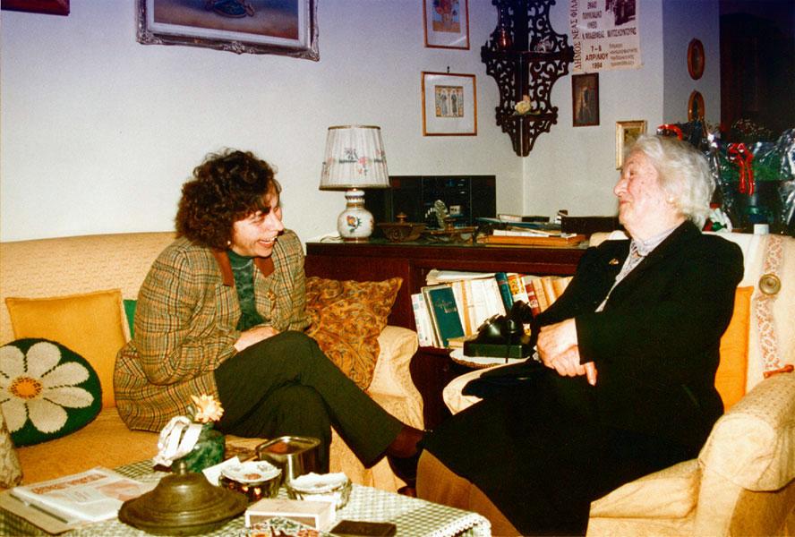 25 Ιανουαρίου 1996. Η Ευαγγελία Καπετάνου και η Ολυμπία, σύζυγος του Μίλτου Κουντουρά, συνομιλούν καθισμένες μπροστά στο γραφείο του Κουντουρά, στο σπίτι στη Νέα Χαλκηδόνα.